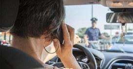 Parlare in auto costerà il ritiro della patente