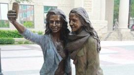 Il Selfie ora ha la sua statua monumento