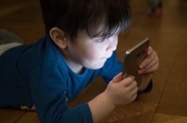 Cresce la dipendenza dallo schermo, tra i teen-ager e non solo