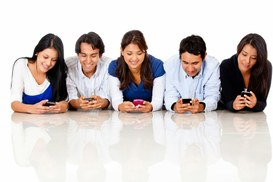Giovani generazioni sempre online, navigando Internet con i loro smartphone